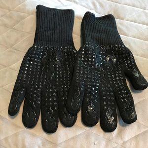 NWOT Heat resistant gloves